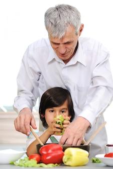 Avô e garotinho na cozinha cozinhando juntos