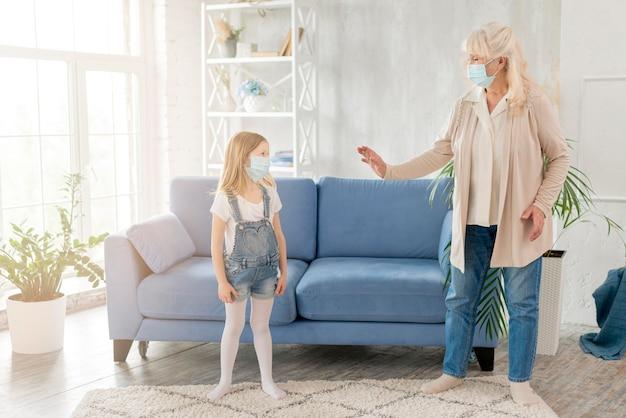 Avó e menina com máscara