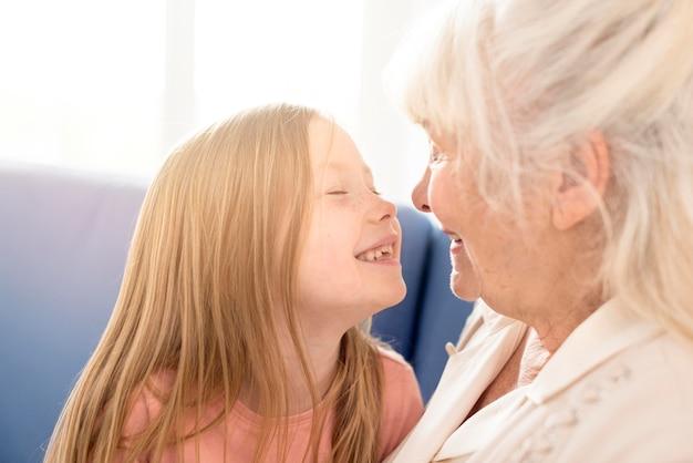 Avó e menina sorridente