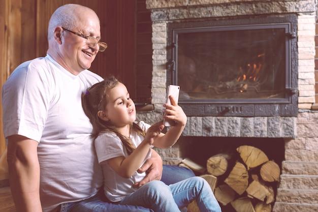 Avô e neta jogando