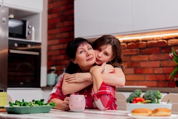 Avó e neta passam momentos de lazer juntos na cozinha