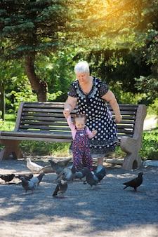 Avó e neta passeando no parque