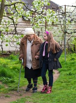 Avó e neto caminhando no jardim