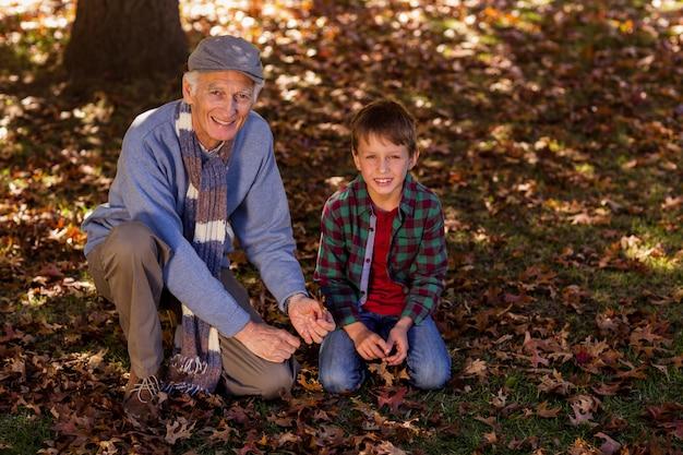 Avô e neto no parque durante o outono