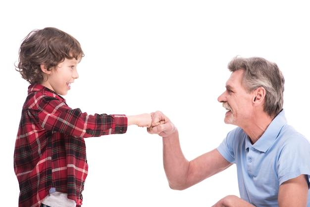Avô e seu neto estão jogando.