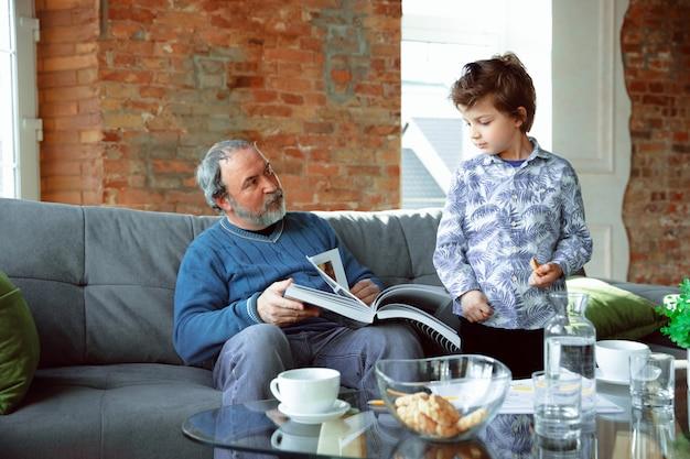Avô e seu neto gastando tempo isolado em casa, estudando