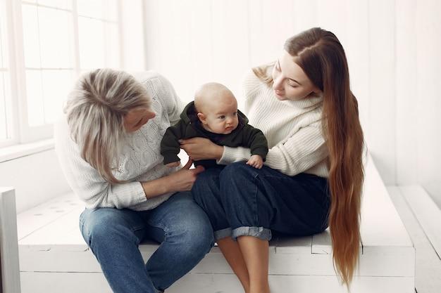 Avó elegante em casa com a filha e a neta