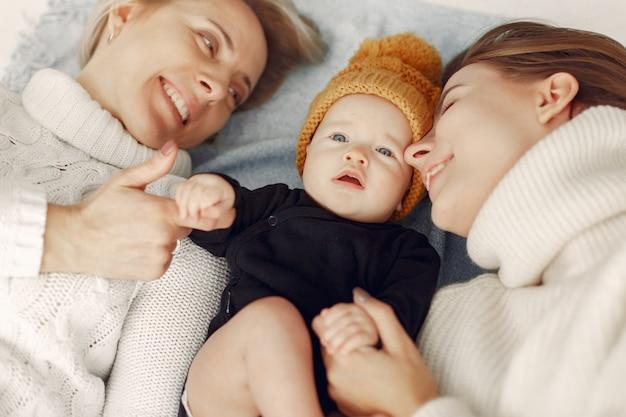 Avó elegante em casa com filha e neto