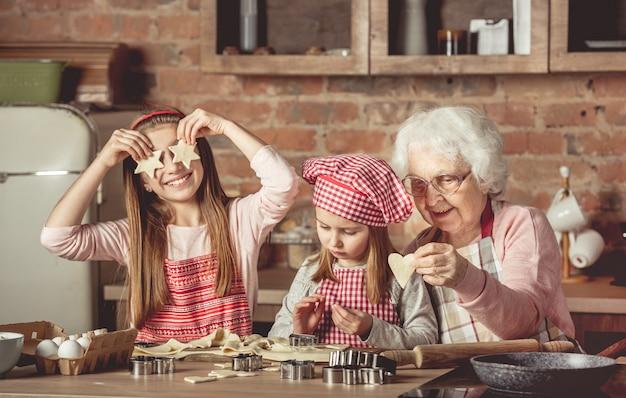 Avó ensinando netas a fazer biscoitos