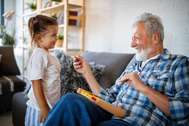 Avô feliz brincando e se divertindo com a neta