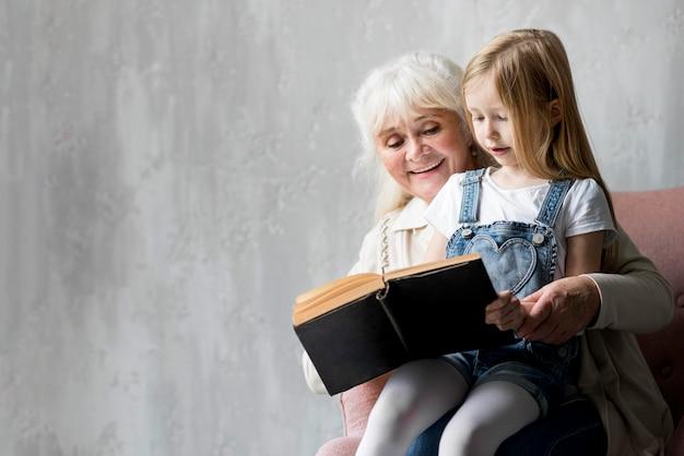 Avó lendo para menina