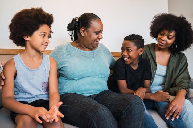 Avó, mãe e filhos a passar bons momentos juntos.