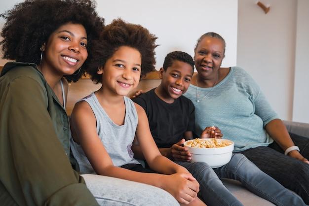 Avó, mãe e filhos juntos em casa.