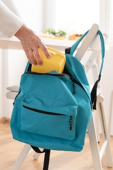 Avô preparando a mochila