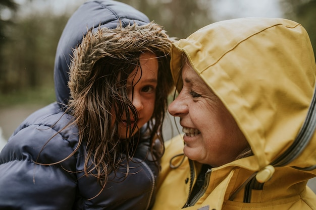 Avó segurando a neta nos braços retrato feliz