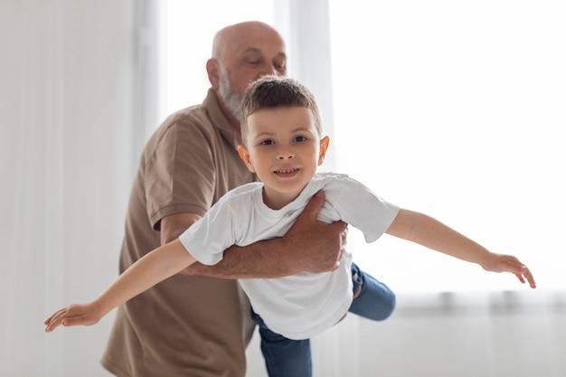 Avô segurando criança com tiro médio