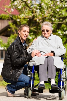 Avó visitando mulher no lar de idosos
