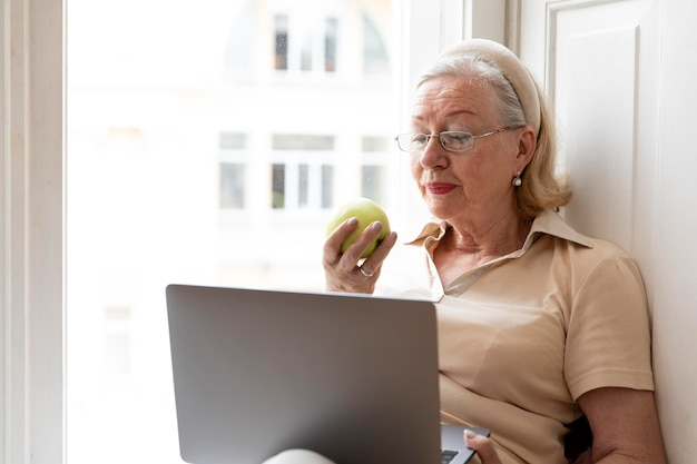 Avós aprendendo a usar o dispositivo digital