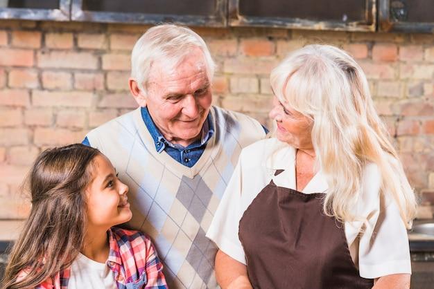 Avós com neta na cozinha