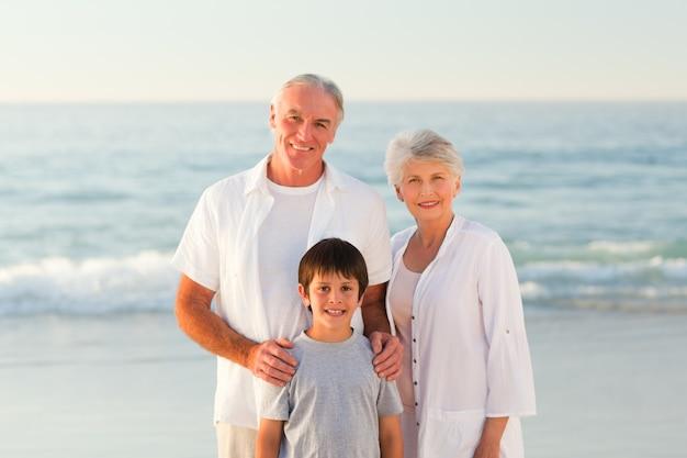 Avós com seu neto na praia
