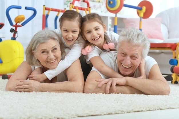 Avós e netas fazendo exercícios em casa