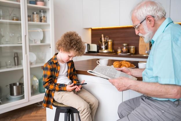 Avós e neto brincando em casa - família em casa, avô cuidando do sobrinho