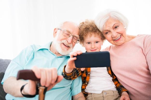 Avós e neto brincando em casa - família em casa, avó e avô cuidando do sobrinho