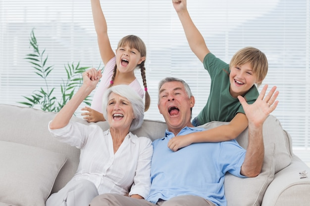 Avós e netos levantando os braços