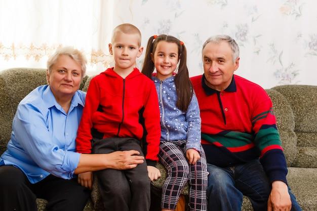 Avós e seus jovens netos relaxando em casa