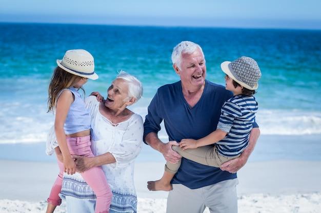 Avós felizes dando cavalinho para crianças