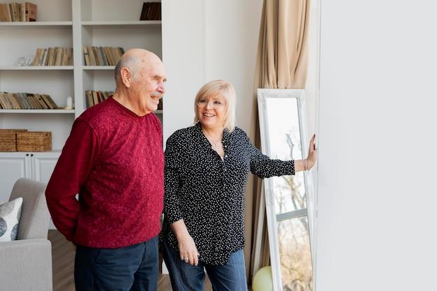 Avós felizes dentro de casa com tiro médio