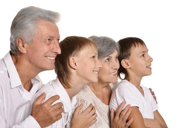 Avós felizes e seus dois netos em um fundo branco