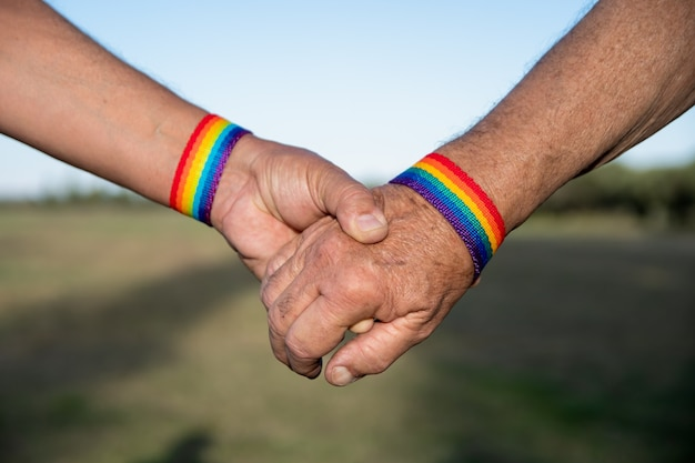 Avós gays entregando lgtb