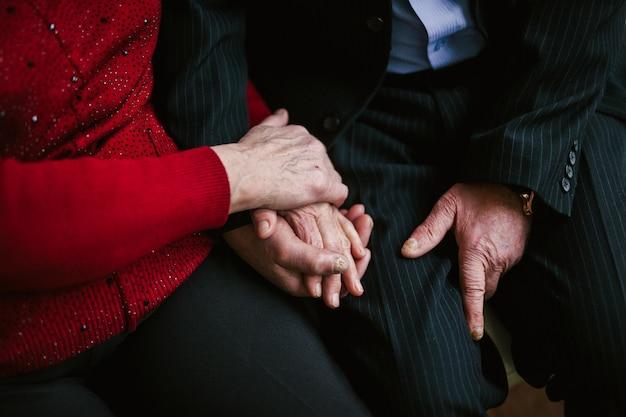 Avós idosos gentilmente de mãos dadas