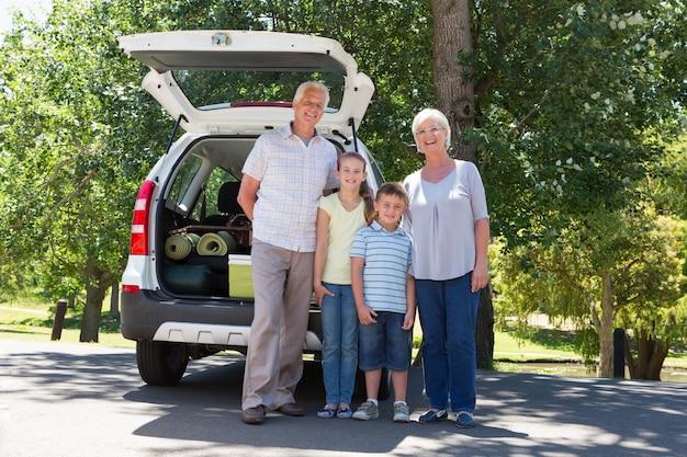 Avós indo na viagem com netos