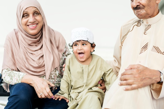 Avós muçulmanos com seu neto