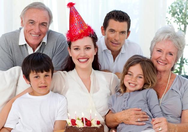 Avós, pais e filhos comemorando um aniversário