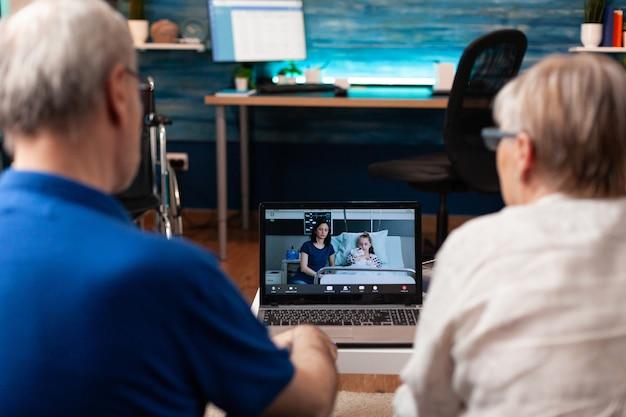 Avós preocupados em bate-papo por videochamada com a família