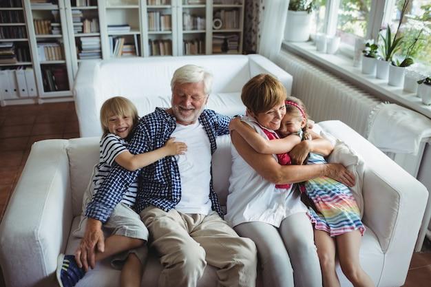 Avós se divertindo com seus netos