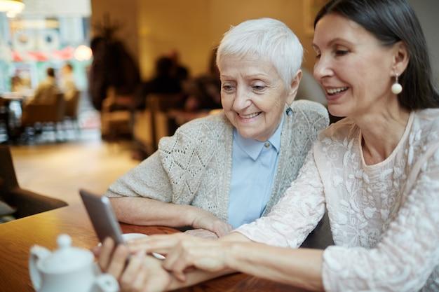 Avós sociais usando telefone