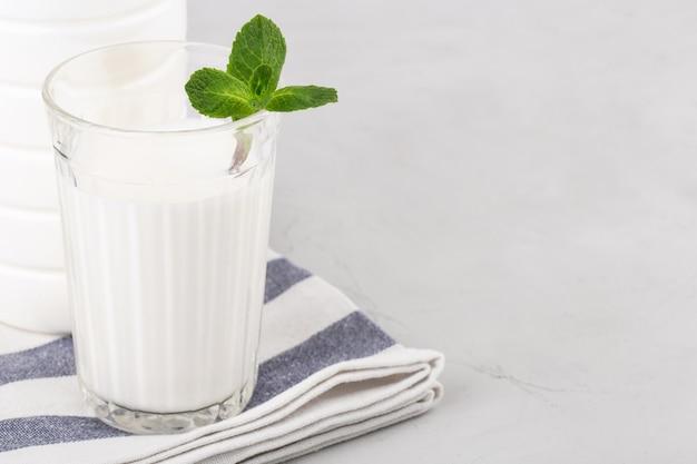 Ayran ou lassy com hortelã em um copo na mesa