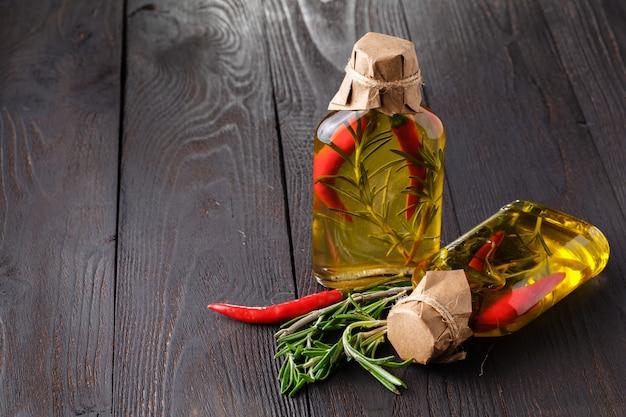 Azeite com especiarias diferentes na mesa de madeira velha