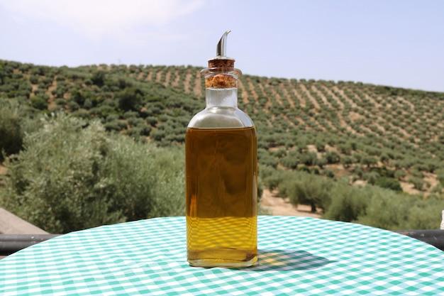 Azeite de oliva com fundo de azeitonas
