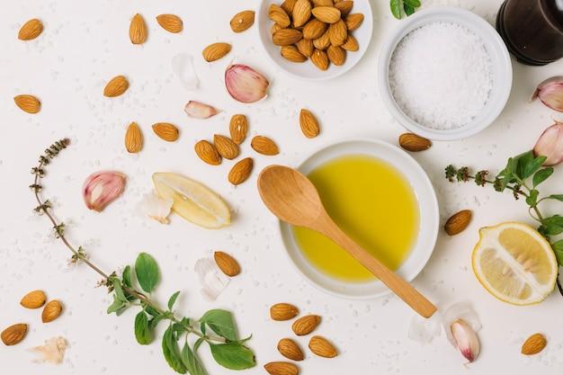 Azeite de oliva e ingredientes de cozinha misturam vista superior