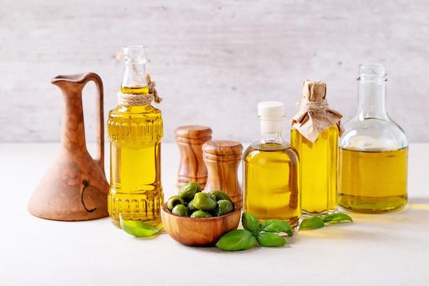 Azeite de oliva em garrafas de vidro
