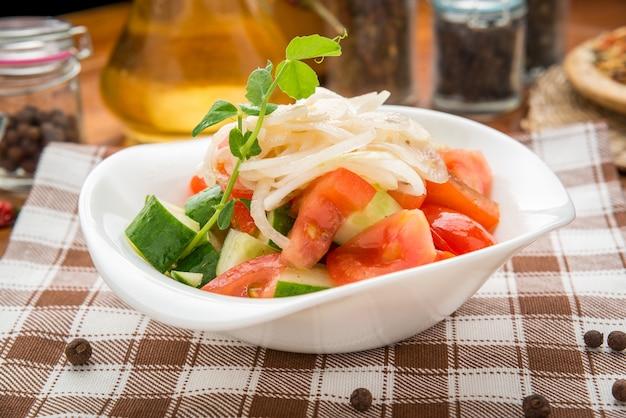 Azeite derramando na tigela de salada