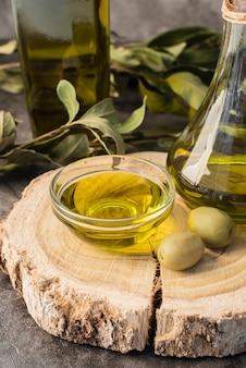 Azeite e azeitonas orgânicas de close-up