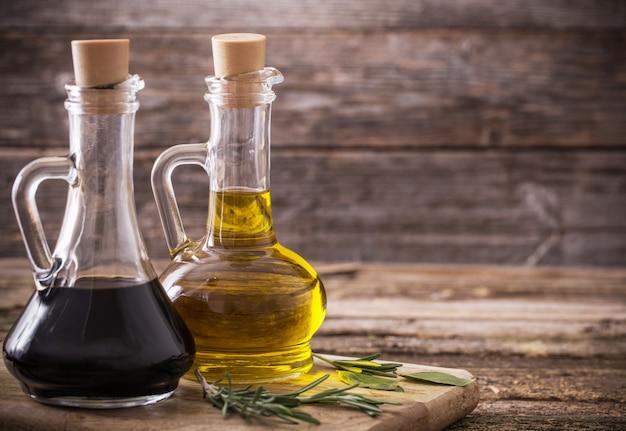 Azeite e vinagre balsâmico em um fundo de madeira