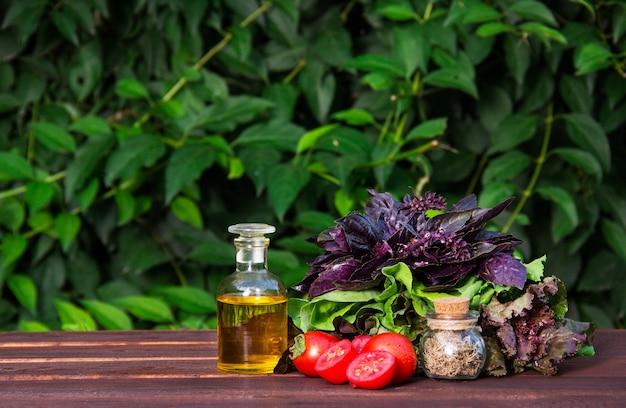 Azeite, ervas aromáticas e tomates.