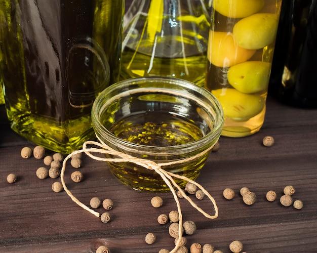 Azeite orgânico de close-up em cima da mesa